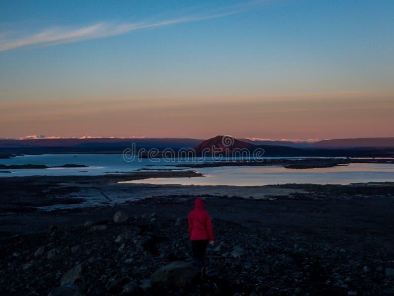 Islandia - muchacha que camina encima de un volc?n durante la salida del sol foto de archivo libre de regalías