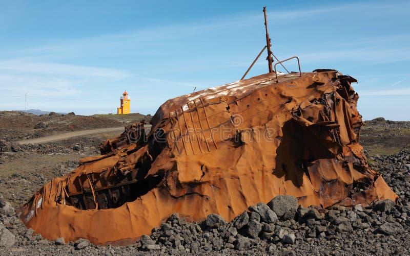 islandia Península de Reykjanes Buque aherrumbrado y tierra volcánica fotos de archivo