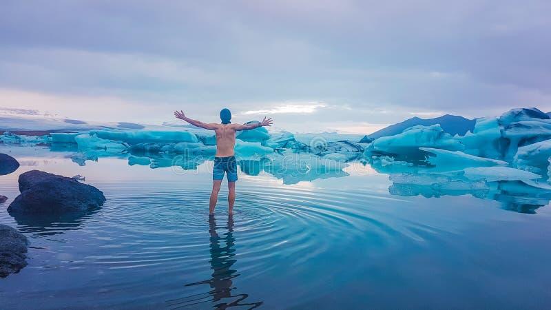 Islandia - situaci?n del hombre en la laguna del glaciar foto de archivo libre de regalías