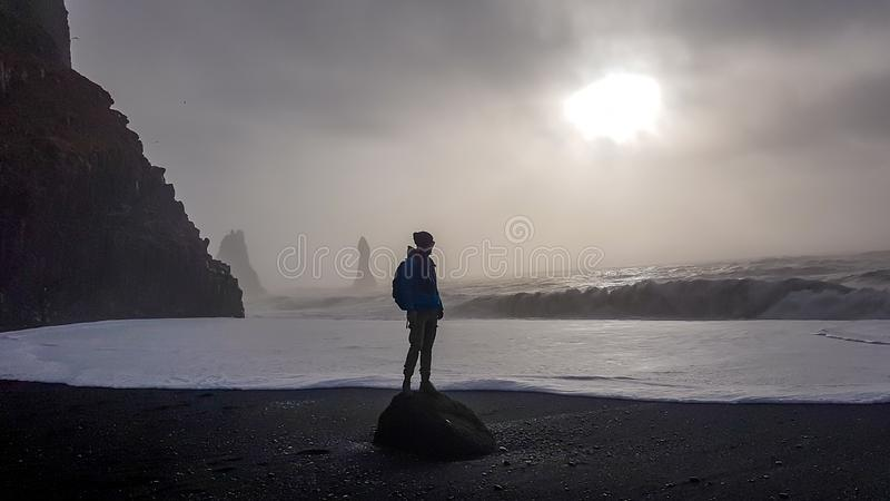 Islandia - situaci?n del hombre joven en ?l Reynisfara imagen de archivo libre de regalías