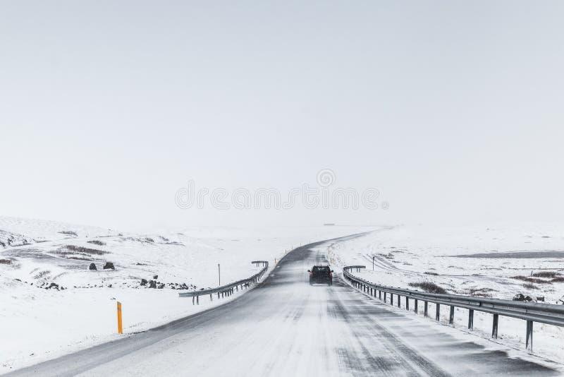 Islandzka droga zakrywająca z śniegiem, wiejska zima fotografia stock