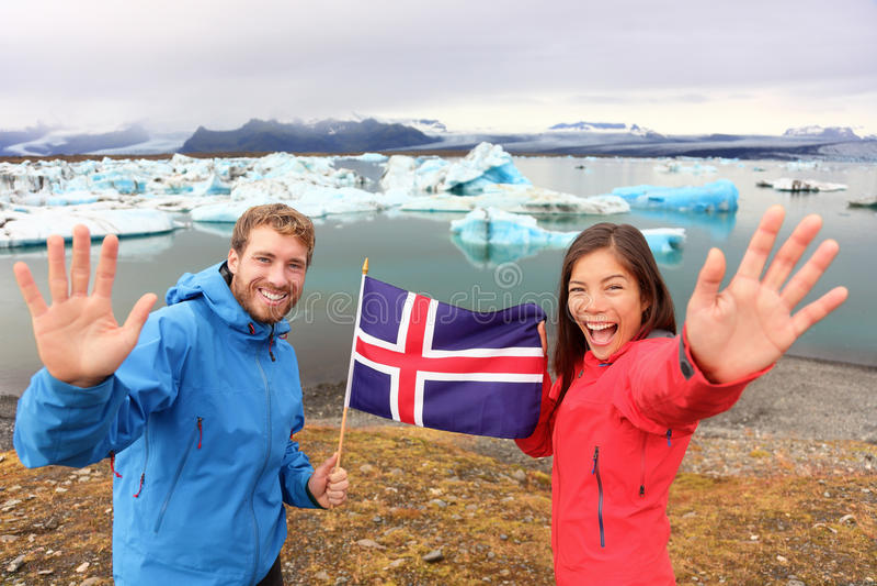 Islandzka flaga - turyści na Jokulsarlon, Iceland zdjęcie stock