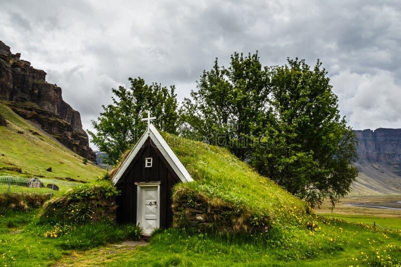 Islandzki tradycyjny murawa kościół zakrywający z trawą, drzewa i zdjęcia stock