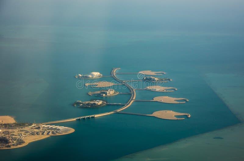 Islas artificiales Isola Dana para los chalets ricos en Perla-Qatar de Doha, vista aérea de la costa del Golfo Pérsico imagen de archivo