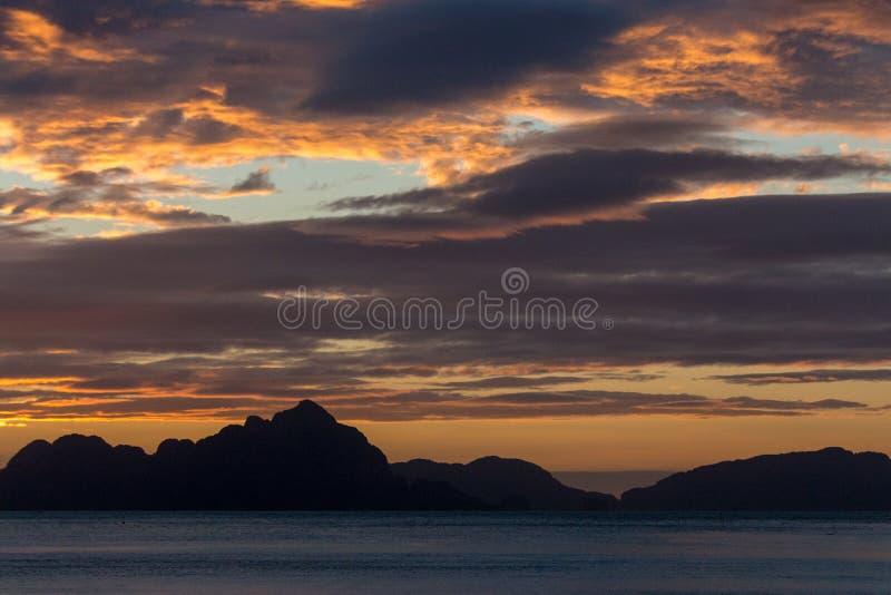Islas de Filipinas en la puesta del sol Puesta del sol esc?nica sobre el mar Concepto de las vacaciones del viaje y de verano Sil foto de archivo libre de regalías