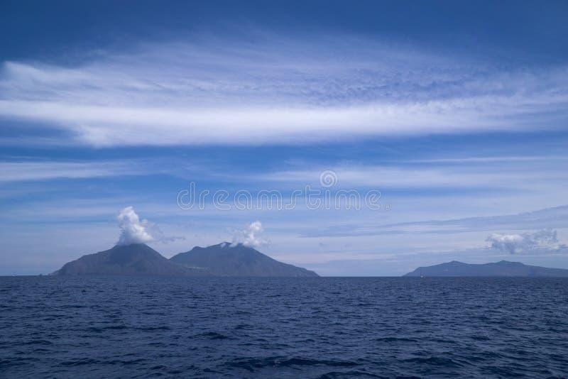 Islas de Italia Sicilia, isla de Filicudi, Lipari y Vulcano eólicos imágenes de archivo libres de regalías
