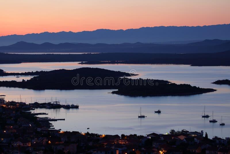 Islas de Kornati en la puesta del sol imagen de archivo