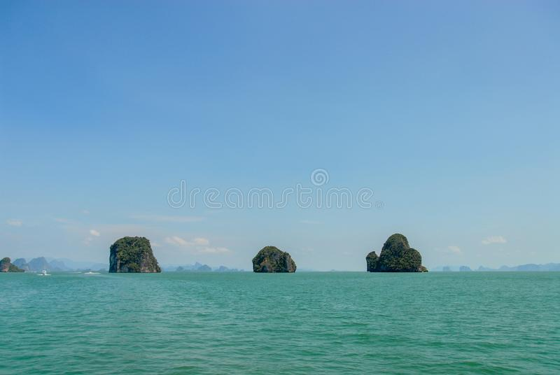 Islas de la piedra caliza en el mar en Tailandia imágenes de archivo libres de regalías