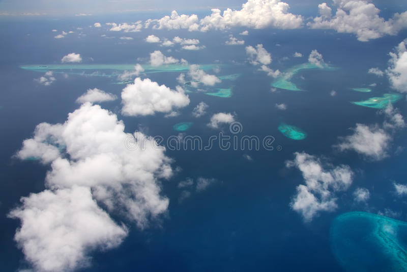 Islas en el océano Silueta del hombre de negocios Cowering foto de archivo