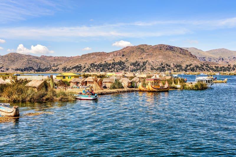Islas flotantes hechas de las cañas en el lago Titicaca debajo del esquí azul imagen de archivo