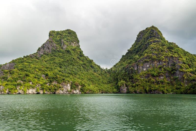 Islas largas de la bahía de la ha en el mar de Indochina fotos de archivo