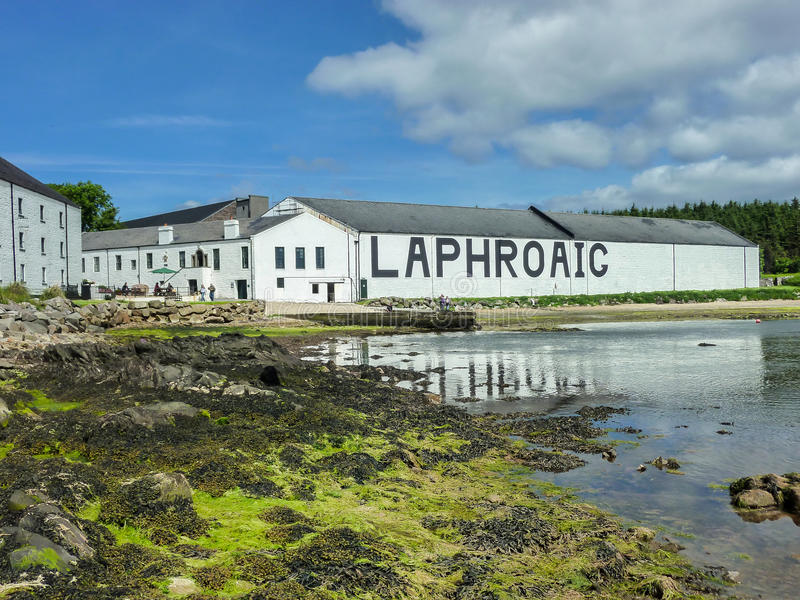 Islay, Σκωτία - Sseptember 11 2015: Ο ήλιος λάμπει στην αποθήκη εμπορευμάτων οινοπνευματοποιιών Laphroaig στοκ εικόνα με δικαίωμα ελεύθερης χρήσης