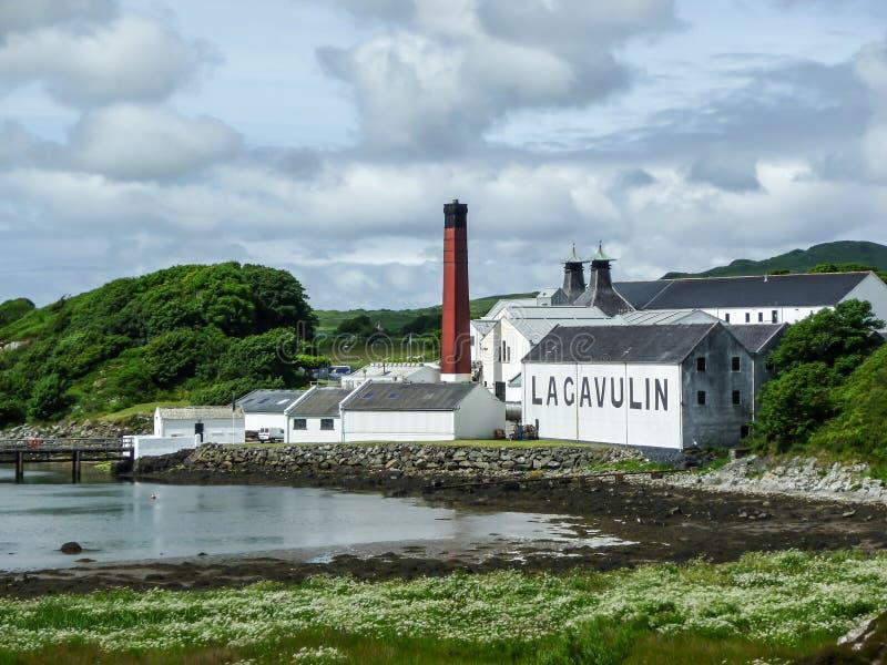 Islay Skottland - Sseptember 11 2015: Solskenen på Lagavulin spritfabriklager arkivfoto