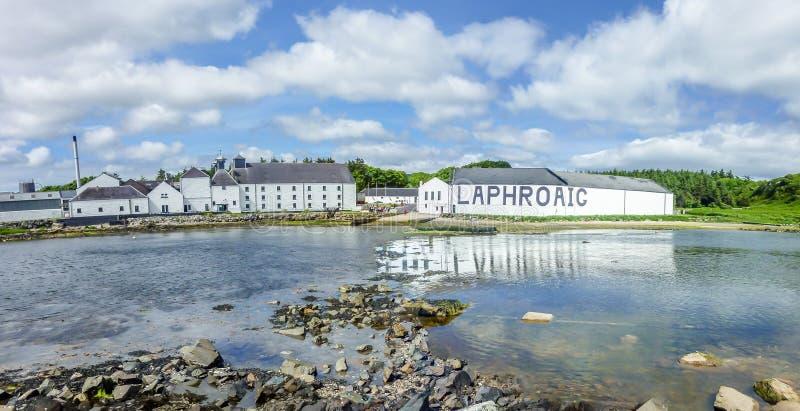 Islay Szkocja, Czerwiec, - 2, 2014: Whisky magazynowanie w domach Laphroaig zdjęcie stock