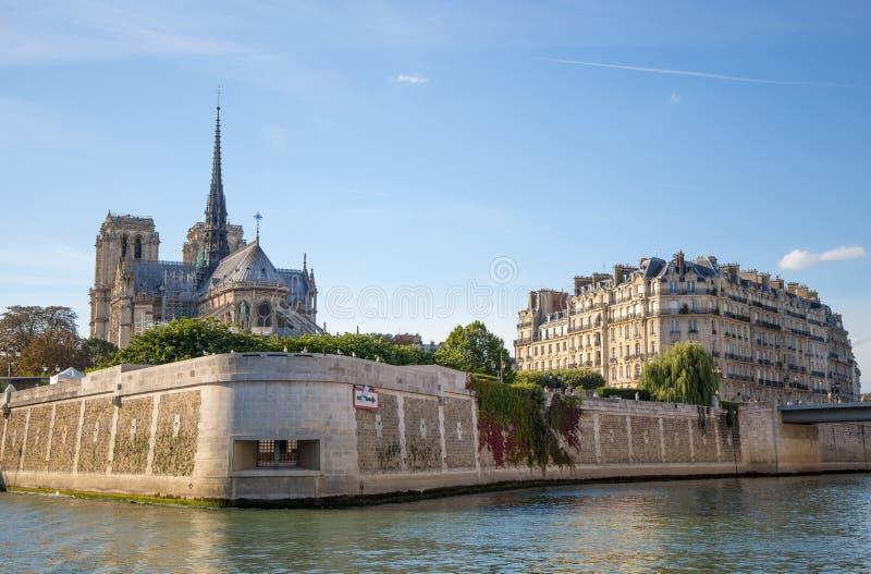 Isle de la Cite con Notre Dame Church vista del barco de río Sena de París, Francia fotografía de archivo libre de regalías