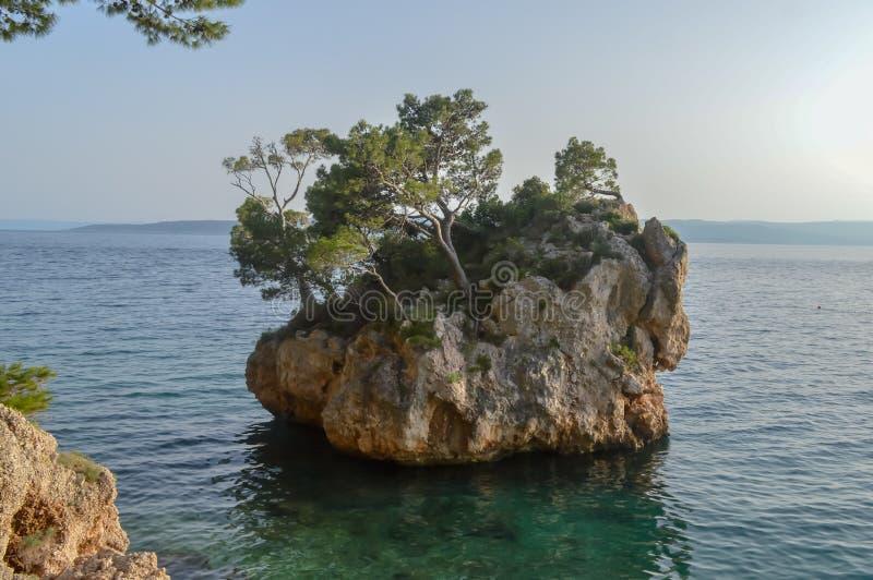 Islote en la playa de Punta Rata en la ciudad de vacaciones de Brela, Makarska riviera o foto de archivo libre de regalías