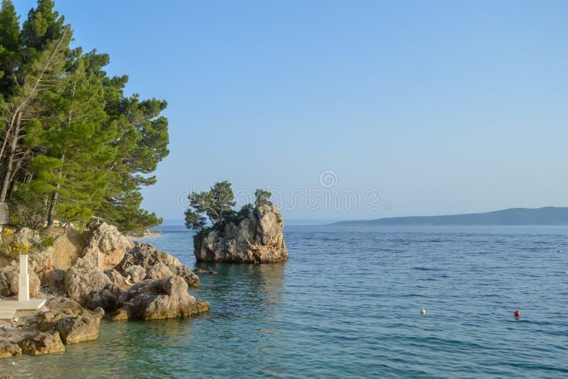 Islote en la playa de Punta Rata en la ciudad de vacaciones de Brela, Makarska riviera o imágenes de archivo libres de regalías