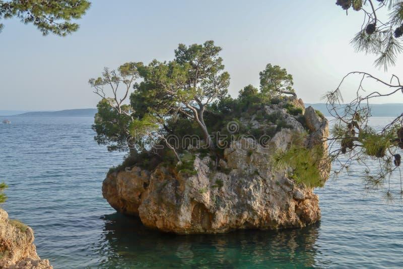 Islote en la playa de Punta Rata en la ciudad de vacaciones de Brela, Makarska riviera o fotos de archivo libres de regalías