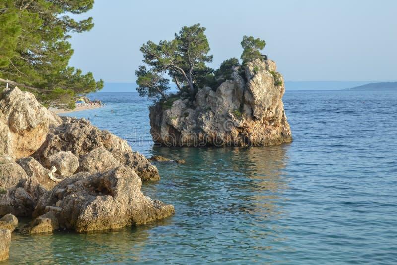 Islote en la playa de Punta Rata en la ciudad de vacaciones de Brela, Makarska riviera o fotos de archivo