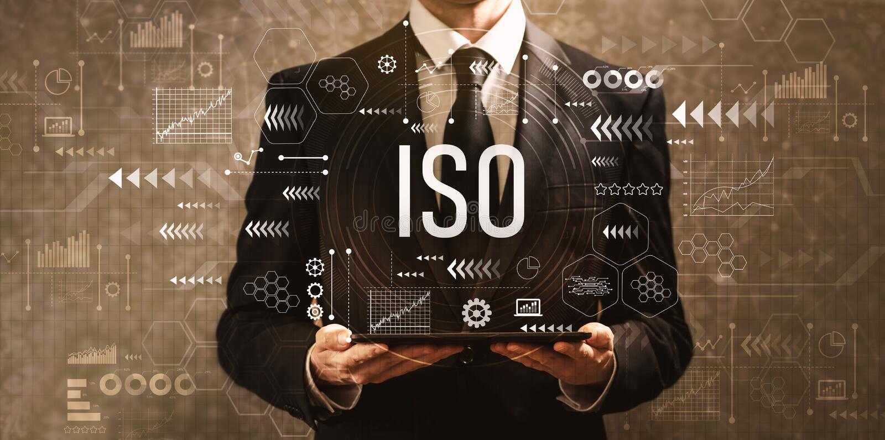ISO με τον επιχειρηματία που κρατά έναν υπολογιστή ταμπλετών στοκ εικόνες