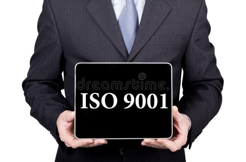 ISO 9001 escrito en la pantalla virtual Concepto de la tecnología, de Internet y del establecimiento de una red el hombre en un t imagen de archivo libre de regalías