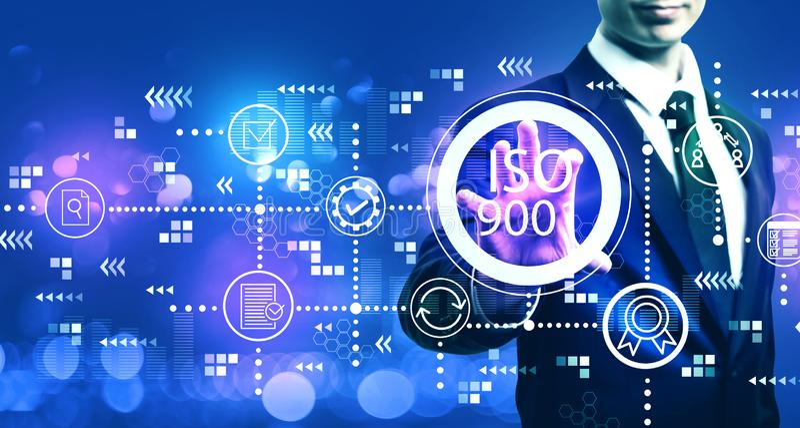 ISO 9001 med affärsmannen arkivbild