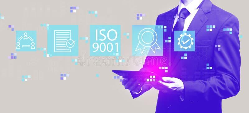 ISO 9001 med affärsmannen som rymmer en minnestavla royaltyfri illustrationer