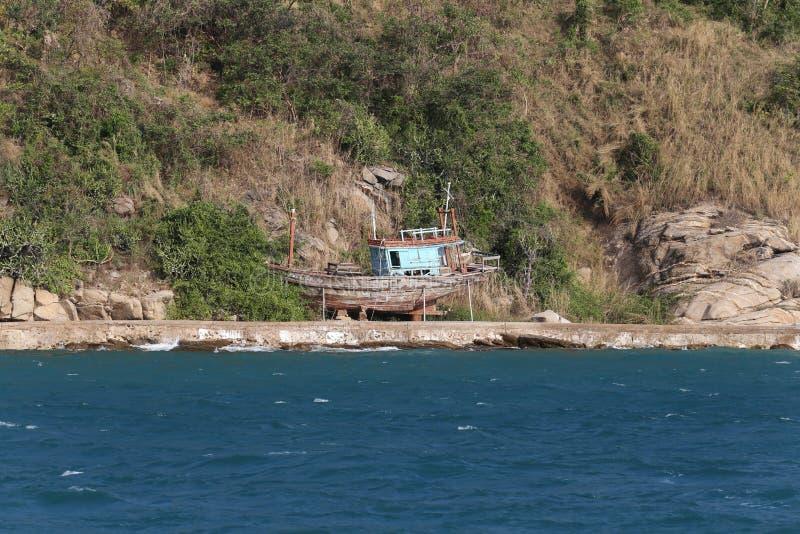 Isola abbandonata nel mare e nel peschereccio immagine stock libera da diritti
