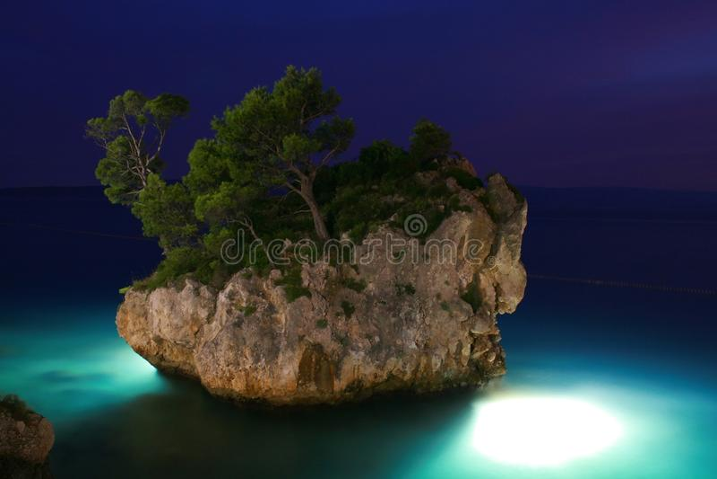 Isola alla notte immagine stock