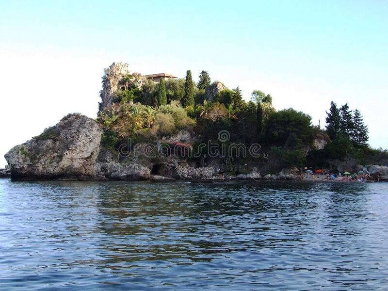Isola Bella-Taormina-Messina-Sicilia-Italien - idérika allmänningar vid gnuckx arkivfoton