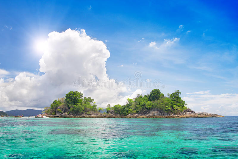 Isola in bello mare tropicale immagine stock