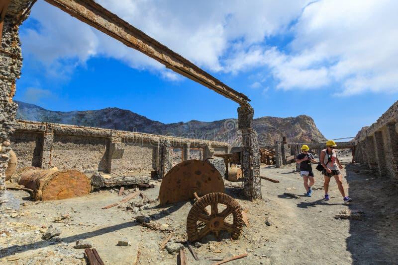 Isola bianca, Nuova Zelanda Turisti nella vecchia fabbrica dello zolfo immagini stock libere da diritti