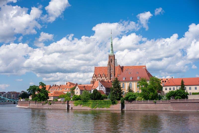 Isola cattedrale Ostrow Tumski vista dal fiume Wroclaw, Polonia immagine stock