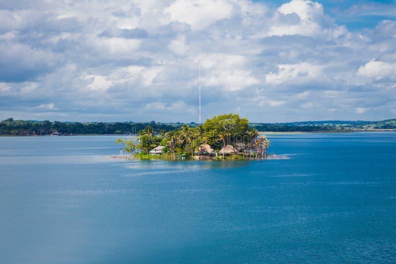 Isola con il museo sul lago Peten Iitza in Flores il 20 dicembre 2015 immagine stock libera da diritti