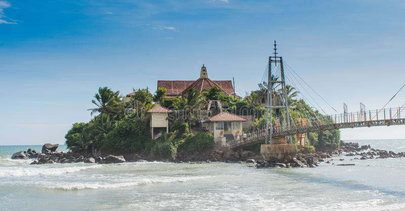 Isola con il tempio all'oceano immagine stock