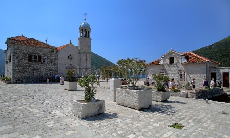 Isola con la chiesa nella baia di Boko-Cattaro, Montenegro immagine stock