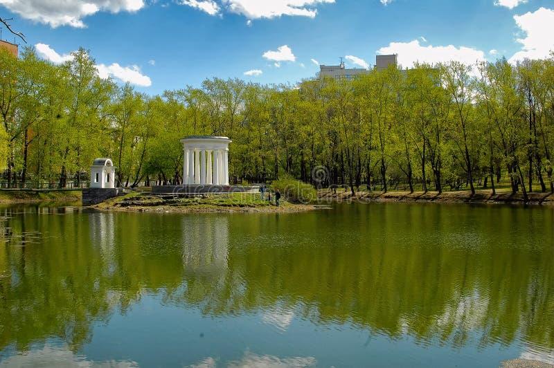 Isola con una pietra rotunda sullo stagno Ekaterinburg fotografia stock