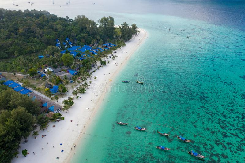 Isola Crystal Clear Sea, blu, palme di Paradise, su fyre fotografia stock libera da diritti