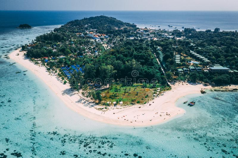 Isola Crystal Clear Sea, blu, palme di Paradise, su fyre fotografie stock