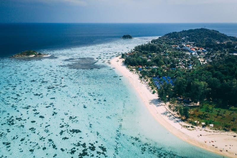Isola Crystal Clear Sea, blu, palme di Paradise, su fyre immagini stock