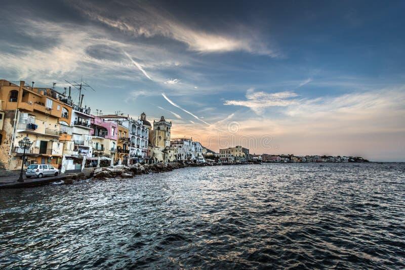 Isola degli ischi Italia, vista dall'acqua immagini stock libere da diritti