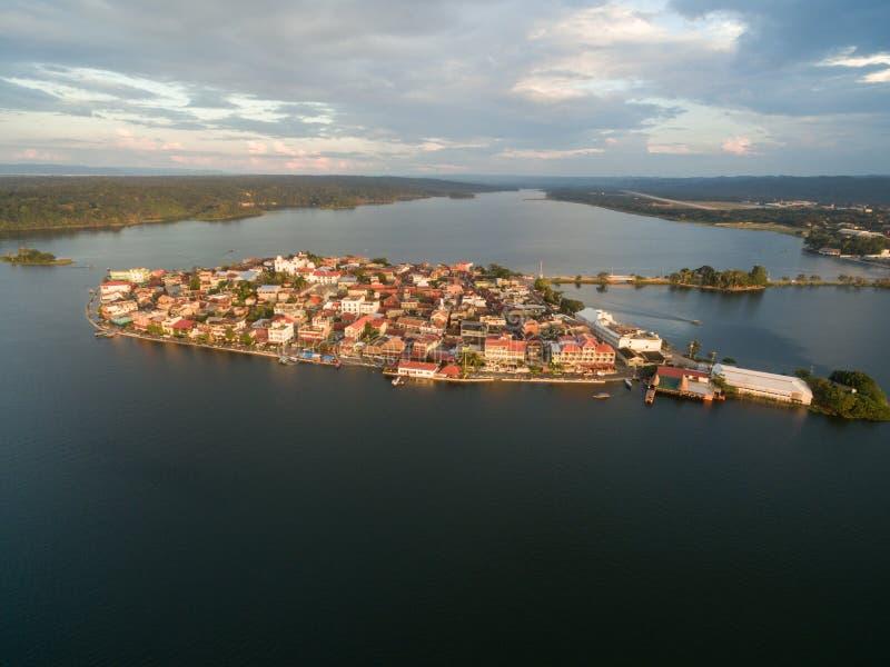 Isola del Flores nel Guatemala Luce di tramonto con il lago Peten Itza nel fondo fotografie stock