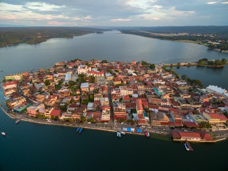 Isola del Flores nel Guatemala Luce di tramonto con il lago Peten Itza nel fondo fotografia stock