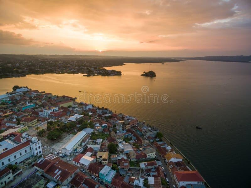 Isola del Flores nel Guatemala Luce di tramonto con il lago Peten Itza nel fondo fotografia stock libera da diritti