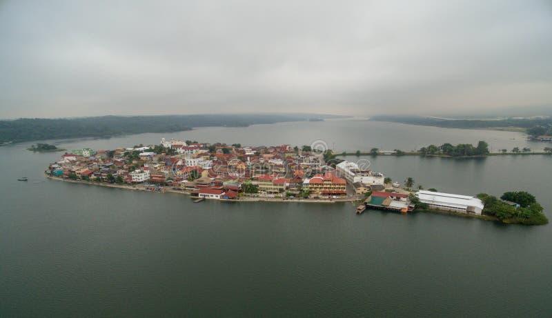Isola del Flores nel Guatemala Mattina Misty Light con il lago Peten Itza nel fondo fotografia stock libera da diritti