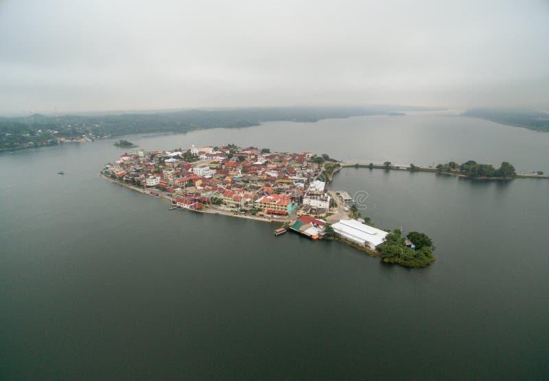 Isola del Flores nel Guatemala Mattina Misty Light con il lago Peten Itza nel fondo fotografia stock