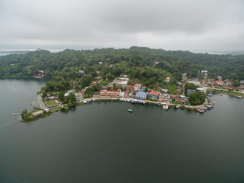 Isola del Flores nel Guatemala Mattina Misty Light con il lago Peten Itza nel fondo fotografie stock libere da diritti