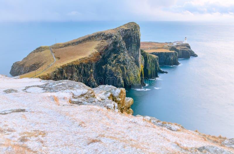 Isola del paesaggio di inverno di Skye - faro e tempesta del punto di Neist sopra l'oceano fotografia stock libera da diritti