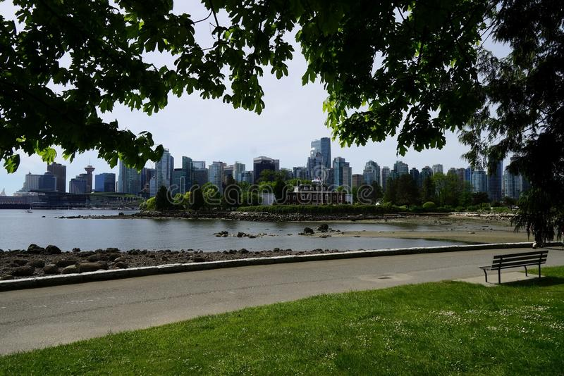 Isola del ` s di Deadman e vista del centro di Vancouver da Stanley Park fotografia stock libera da diritti