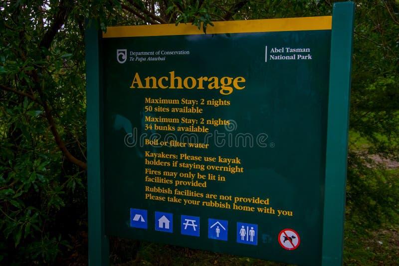 ISOLA DEL SUD, LA NUOVA ZELANDA 22 MAGGIO 2017: Il segno informativo circa Abel Tasman National Park ha individuato in isola del  fotografia stock libera da diritti